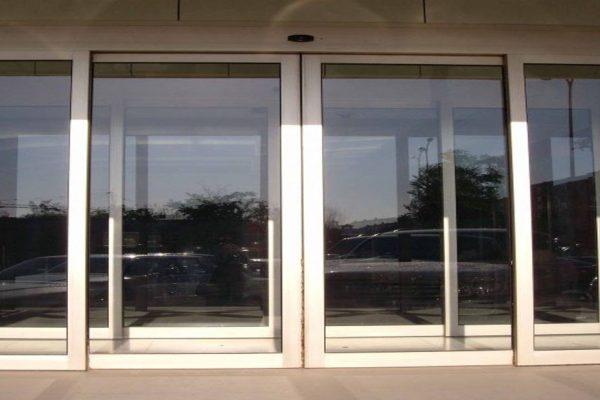 از شیشه های سکوریت در درب های اتوماتیک استفاده می شود