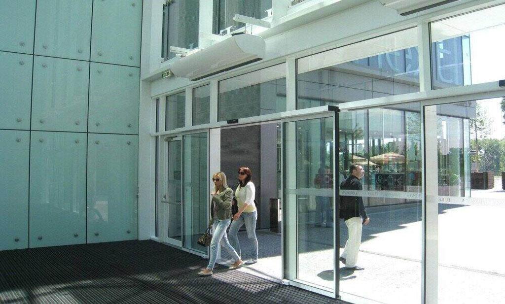 استفاده از درب شیشهای در ورودی ساختمانهای اداری و پزشکی و مجتمعها