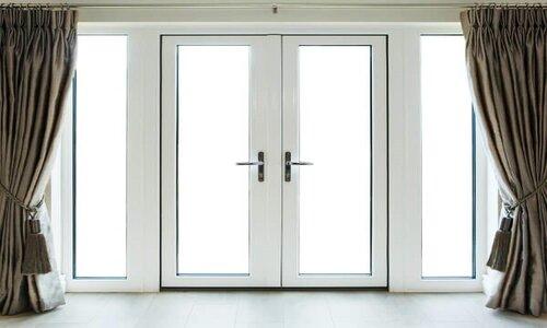 یک درب شیشهای دو لولایی با قاب آلمینیومی، که اکثرا با آن آشنایی دارید