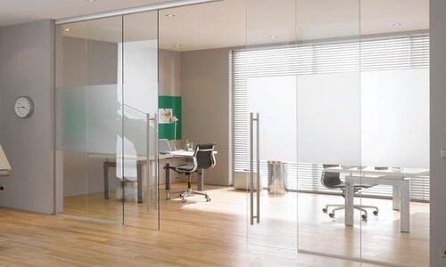 وجود درب های شیشه ای در محل کار باعث افزایش انرژی وکاهش خستگی باعث ایجاد محیط کاری مثبت می شود.