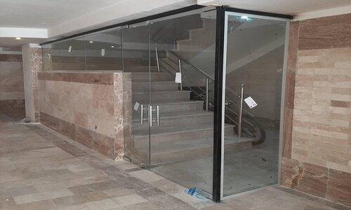 درب شیشهای راه پله در برابر حرارت بسیار مقاوم میباشد