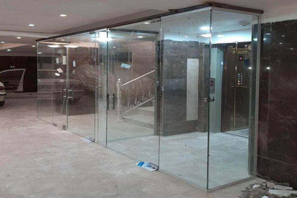 درب شیشهای راه پله اتوماتیک از حسگرهای چشمی برخوردار میباشد