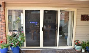درب شیشه ای بالکن ورودی باغچه
