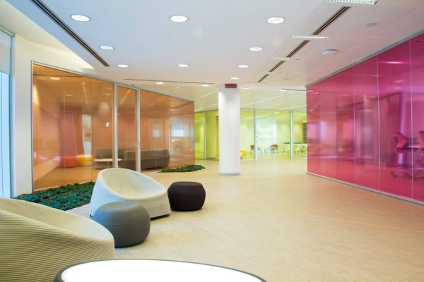 نمونهای از پارتیشن شیشهای رنگی