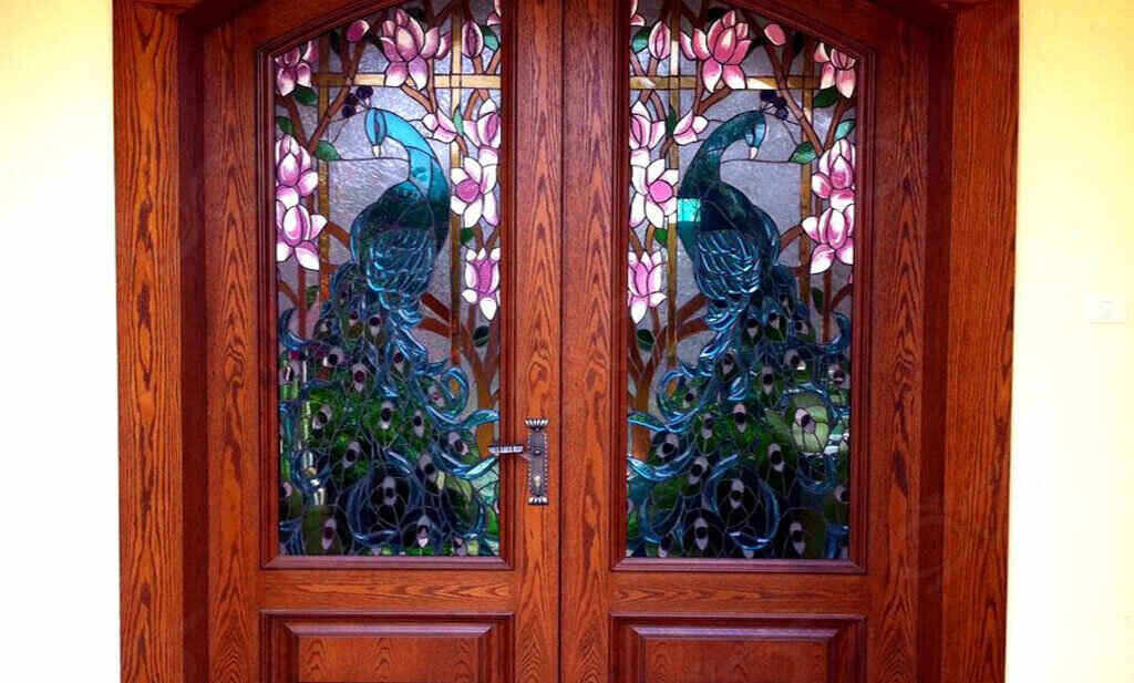 از شیشه های دکوراتیو می توان در بیرون منازل نیز استفاده کرد
