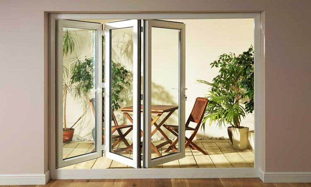 درب شیشهای ریلی ظاهری زیبا به خانه شما میبخشد و همچنین باعث افزایش نور ورودی به منزل شما خواهد شد.