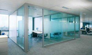 شیشههای سکوریت از نوع شیشههای بسیار قوی و محکم میباشند، همچنین در برابر ضربه نیز مقاومت خود را حفظ میکنند.