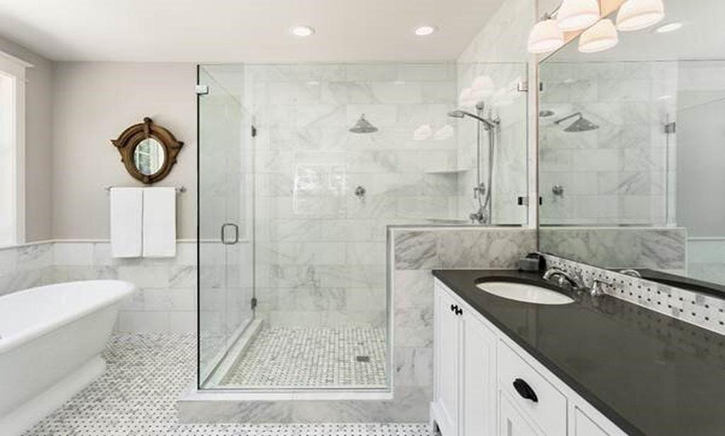 درب شیشهای موجب زیباتر شدن فضای حمام میشود
